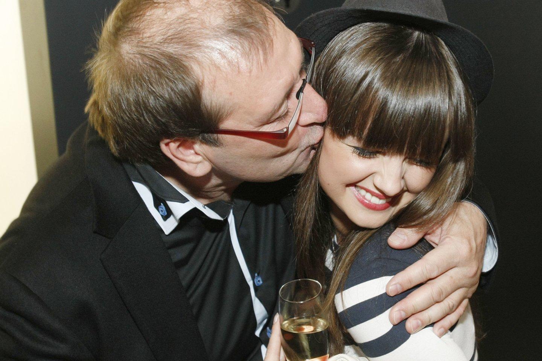 Viktoras Uspaskichas bučiuoja Gabrielę Martirosian Manto Petruškevičiaus gimtadienyje 2011-aisiais.<br>R.Danisevičiaus nuotr.