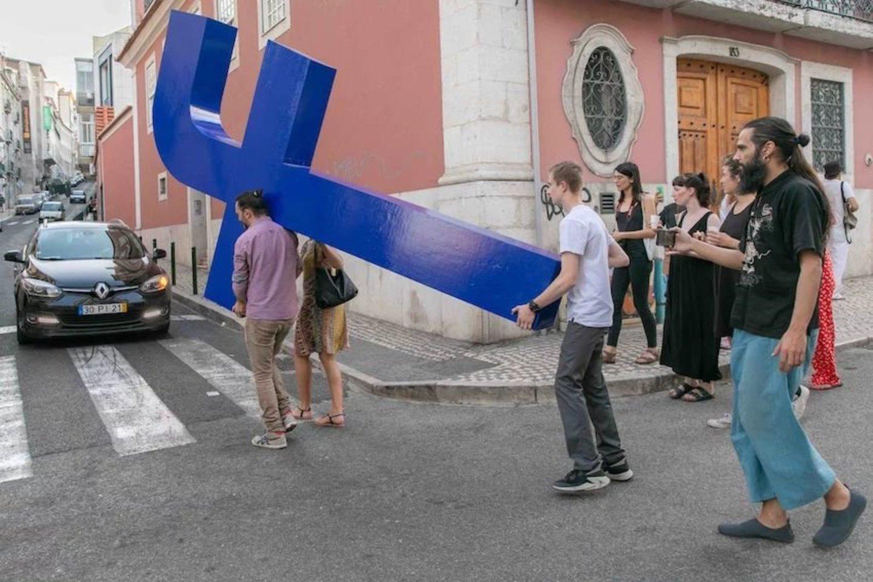 """Didžioji """"f"""" raidė buvo pagaminta iš medienos, jos matmenys – 340x200x30 cm, ši raidė yra ir F.Vilas-Boas asmeninės parodos EDEN dalis.<br>Wendy Crockett nuotr."""