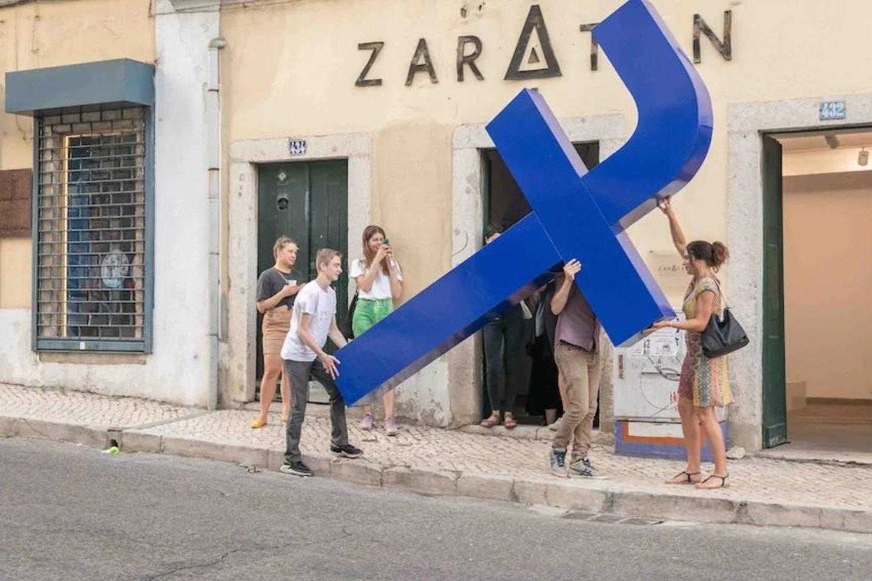 """Prieš keletą dienų šio miesto gatvėmis buvo nešama didžiuli """"f"""" raidė, kuri simbolizuoja socialinį tinklą """"Facebook"""".<br>Wendy Crockett nuotr."""