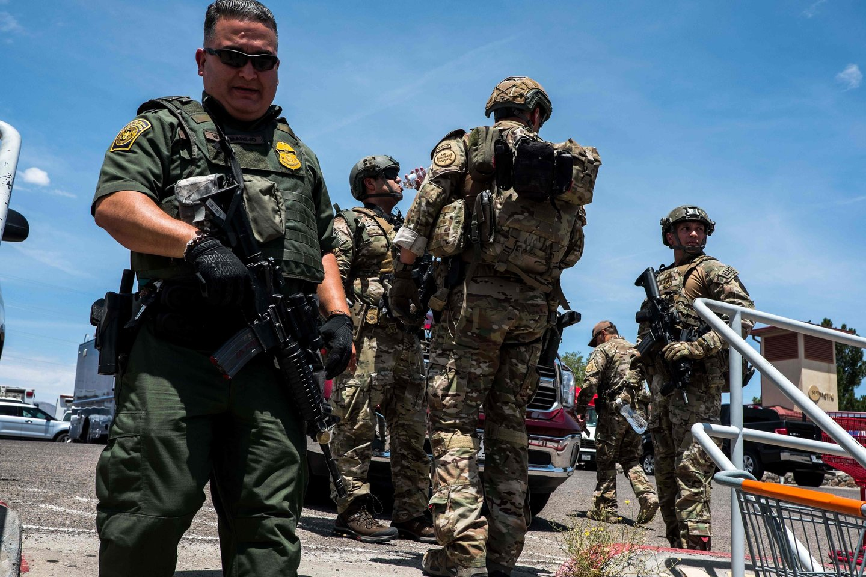"""Du savaitgalio incidentai buvo 250-osios ir 251-osios masinės šaudynės Jungtinėse Valstijose šiais metais, skelbia ne pelno organizacija """"Gun Violence Archive"""". Masinėmis šaudynėmis organizacija laiko incidentą, per kurį būna sužeisti arba žūsta mažiausiai keturi asmenys.<br>AFP/Scanpix nuotr."""