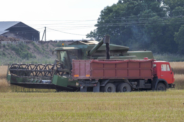 Kai kuriai žemės ūkio technikai svarstoma įvesti taršos mokestį.<br>V.Ščiavinsko nuotr.