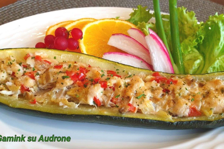 """Vištiena, daržovėmis ir pievagrybiais įdaryti cukinijų laiveliai.<br>Nuotr. iš """"Gamink su Audrone""""."""