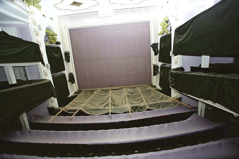"""""""Iš grindų, kaip kituose teatruose, artistai ar orkestras neišlįs. Tam reikėtų griauti visą scenos konstrukciją"""", – kalbėjo Č.Čepkauskas ir R.Lekavičius (dešinėje).<br>M.Patašiaus nuotr."""