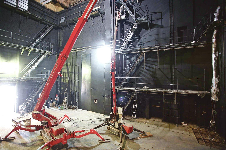 Kauno muzikinio teatro scenos atnaujinimo darbai vyksta 24 metrų aukštyje.<br>M.Patašiaus nuotr.