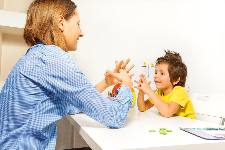 Šiuo metu sudėtingiausios paslaugos raidos sutrikimus turintiems vaikams teikiamos tik Vilniuje ir Kaune, todėl susidaro ilgos eilės pas specialistus, užtrunka diagnozės nustatymas, o dėl didelių atstumų nukenčia vaikų gydymo kokybė.<br>123rf nuotr.