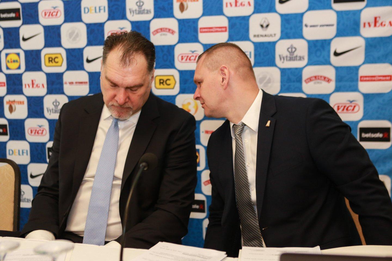 Krepšinio užkulisiuose kalbama, kad faktinis LKF vadovas yra ne prezidentas A.Sabonis, o direktorius Mindaugas Špokas (dešinėje).<br>G.Bitvinsko nuotr.