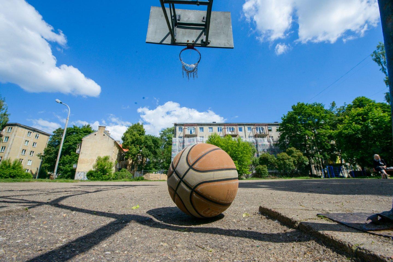 Krepšinį žaidusiems vaikinams vakaras baigėsi liūdnai.<br>J.Stacevičiaus asociatyvi nuotr.