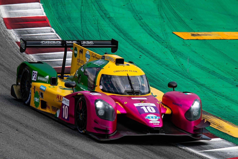 Gustas Grinbergas prie Silvertono trasos pratinsis lenktynių simuliatoriuje.<br>Komandos nuotr.
