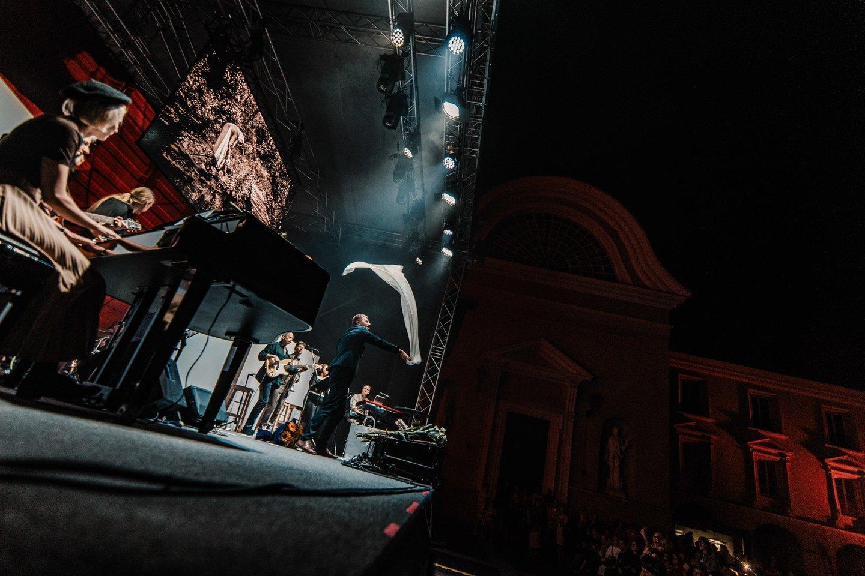 """Rolando Kazlo ir """"Pakeleivių"""" pasirodymo akimirka.<br>J.Suslavičiūtės nuotr."""