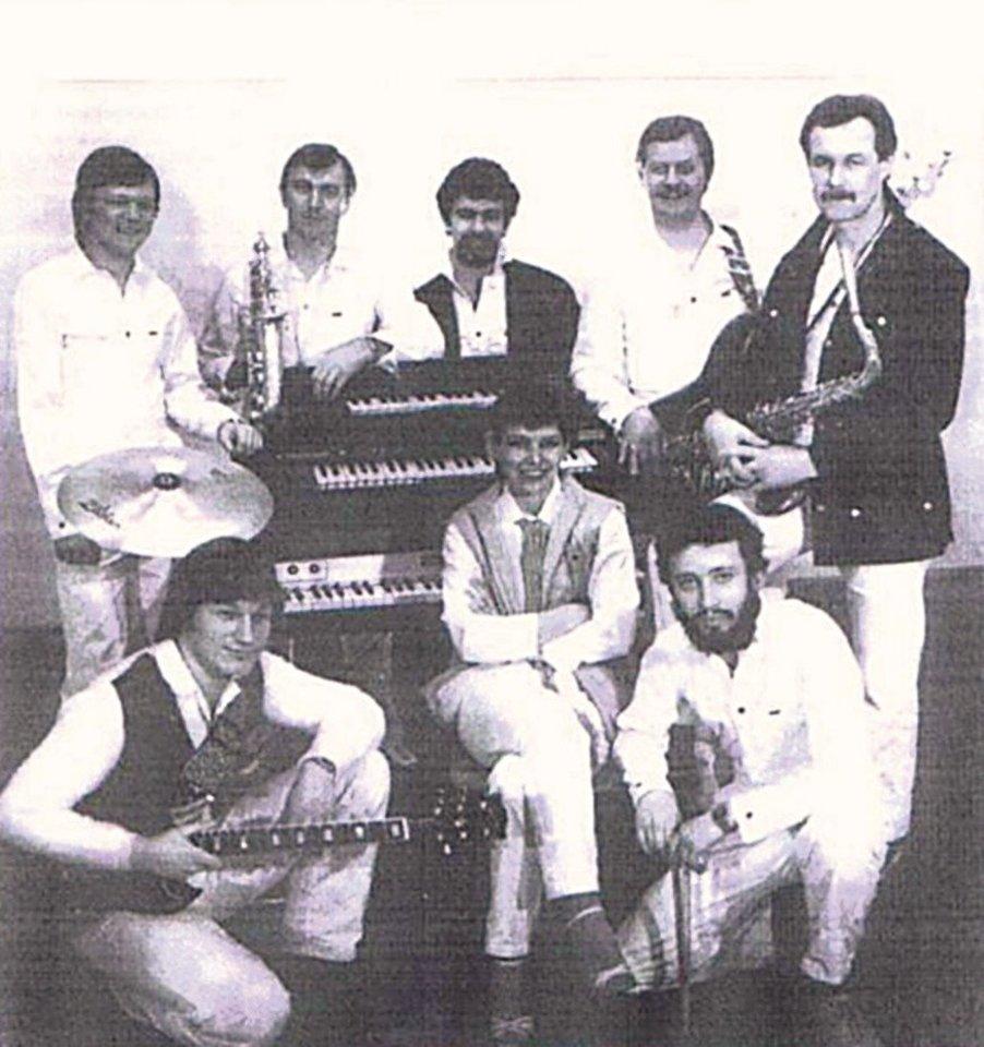 """""""Oktavos"""" laikais R.Brazaitis (dešinėje) buvo koncertmeisteris, dešinioji kolektyvo vadovo ranka.<br>Nuotr. iš asmeninio albumo"""