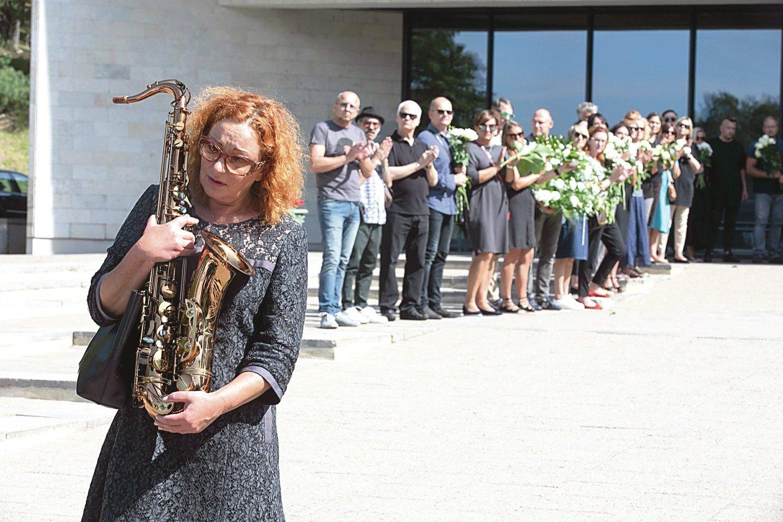 Laiduvėse dalyvavo ir po žmonos netekties muzikanto širdyje vietą radusi verslininkė A.Jacikevičienė.<br>T.Bauro nuotr.