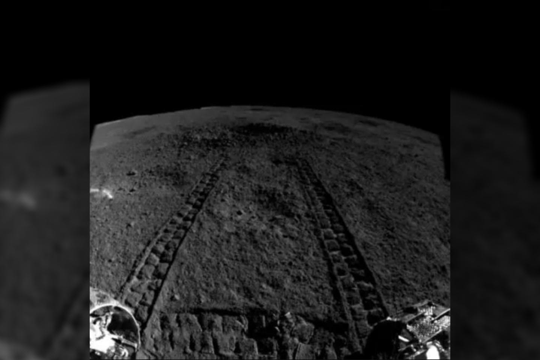 """Kinijos kosminis zondas""""Chang'e 4""""2019 metais sausio 3 d. pateko į kosmonautikos istoriją–nes tapo pirmuoju žmogaus pagamintu objektu, sėkmingai nusileidusiu tolimesnėje Mėnulio pusėje.<br>China Lunar Exploration Project nuotr."""