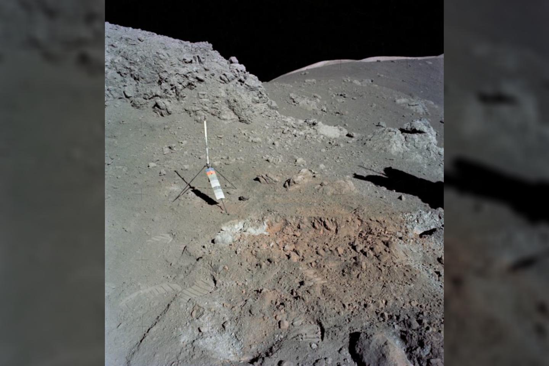 """""""Apollo 17"""" misijos metu, astronautas ir geologas Harisonas Schmittas aptiko oranžinės spalvos grunto netoli ten, kur nusileido """"Taurus-Littrow"""" misija.<br>China Lunar Exploration Project nuotr."""
