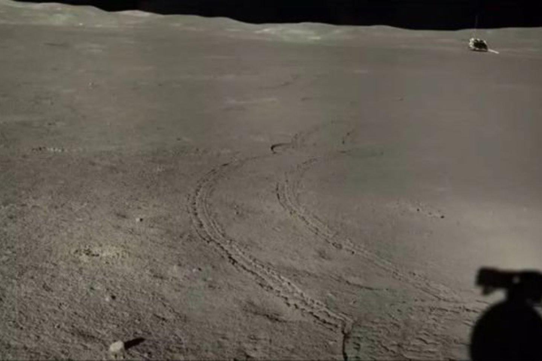 Aštuntoji Mėnulio diena, per kurią ir buvo padarytas šis keistas atradimas, prasidėjo liepos 25 d. Tuo metu mėnuleigis važinėjo teritorijoje, kurios paviršius buvo padengtas nedideliais krateriais.<br>China Lunar Exploration Project nuotr.