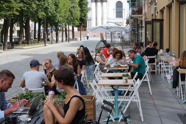 Nuo kitų metų turintį įsigalioti prekybos alkoholiu lauko kavinėse draudimą siūloma atidėti iki 2021 metų.<br>M.Patašiaus nuotr.