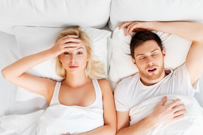 Prarasto moterų nakties miego kaltininkais (iš dalies) laikomi vyrai dėl jų knarkimo.<br>123rf nuotr.