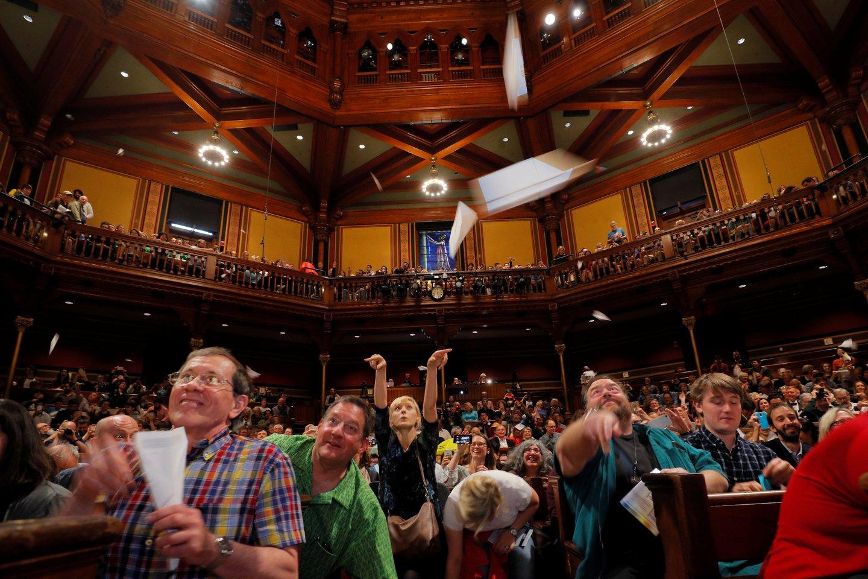Šįkart Harvardo universiteto Sanderso teatro salėje susirinko net 1100 žmonių, kur skraidant popieriniams lėktuvėliams, buvo skelbiami apdovanojimai ir teikiami prizai.<br>Reuters / Scanpix nuotr.