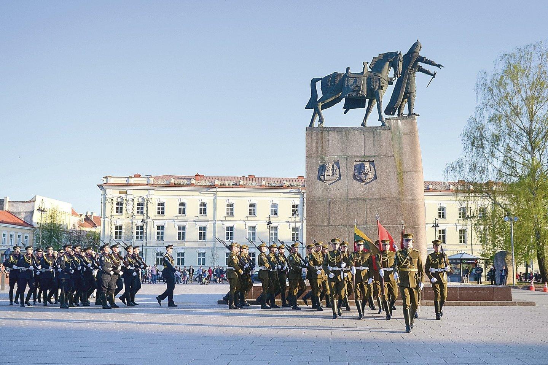 Baltarusių žurnalistui A.Mikui labiau patinka Vilniuje esantis paminklas Lietuvos didžiajam kunigaikščiui Gediminui (kairėje) nei neseniai iškilęs Lydoje.<br>Eltos nuotr.