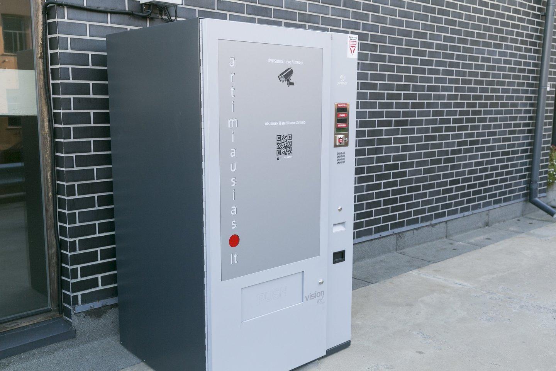 Verslininkai pasakojo, kad sukurdami alkoholinių gėrimų saugyklas jie patobulino jau įprastus automatus.<br>T.Bauro nuotr.