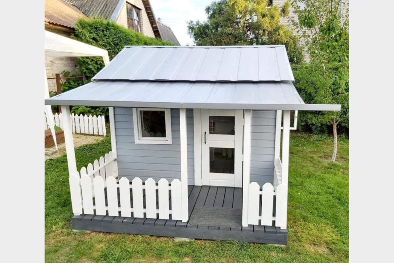 Baltos durys, langai ir terasa su tvorele – tokiame name norėtų gyventi visi suaugusieji.<br>A. Jaškūno nuotr.