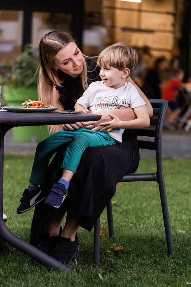 Monika Šedžiuvienė su sūnumi Gabrieliumi.<br>kasperina.lt nuotr.