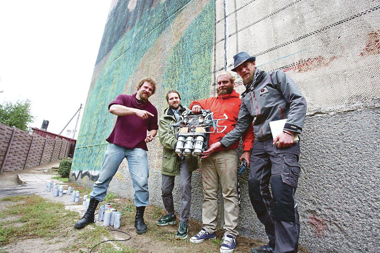 Menininkai (iš kairės) O.Hillepas, T.Norvila, M.Kivi ir R.Murutaras piešinį ant daugiabučio sienos kūrė pasitelkę robotą.<br>M.Patašiaus nuotr.
