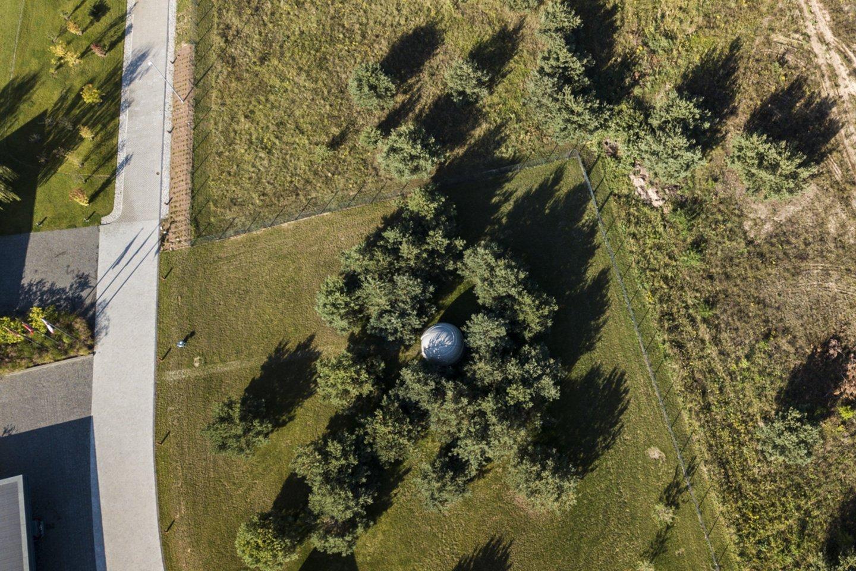 Statinį patikrinę inspektoriai nustatė, kad observatoriją sudaro ant polinių apie 3,5 metro skersmens skritulio formos pamatų sumontuotas keturių metrų skersmens ovalinis plastikinis gaubtas su įėjimo durimis.<br>G.Bitvinsko nuotr.