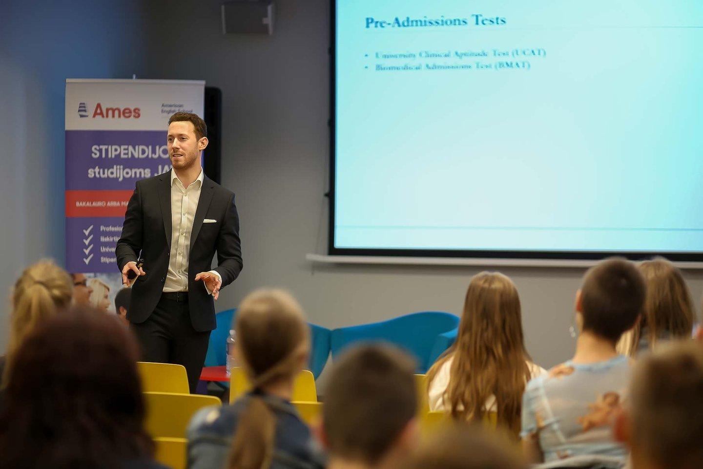 """J.Bartonas sakė: """"Didelį susidomėjimą tokiomis studijomis pamačiau ir Lietuvoje, dalyvaudamas AMES tarptautinių studijų forume ir atsakinėdamas į motyvuotų ir karjeros medicinoje tikslingai siekiančių jaunų žmonių klausimus – neabejoju, kad dalis jų tikrai šią svajonę įgyvendins artimiausiu metu."""""""