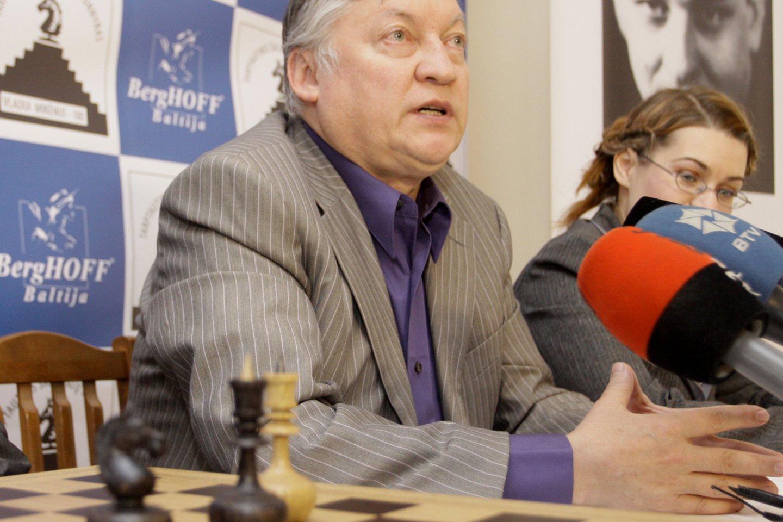 Vilniuje viešintis A.Karpovas apgailestauja, kad šachmatai prarado turėtas pozicijas.<br>Reuters/Scanpix nuotr.