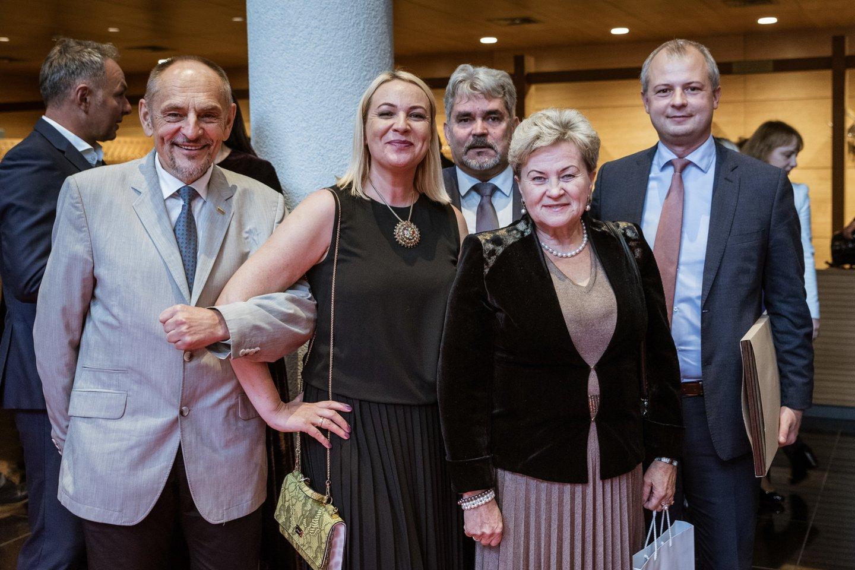 Sukaktuvininkus pasveikino Seimo nariai.<br>A.Kubaičio nuotr.