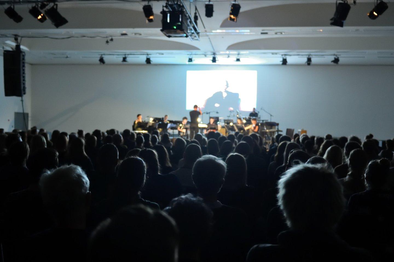 """Scenoje išvydome veržlumu ir jaunatviška energija trykštantį Vilniaus miesto šiuolaikinės muzikos ansamblį """"Synaesthesis"""".<br>V.Abramausko nuotr."""