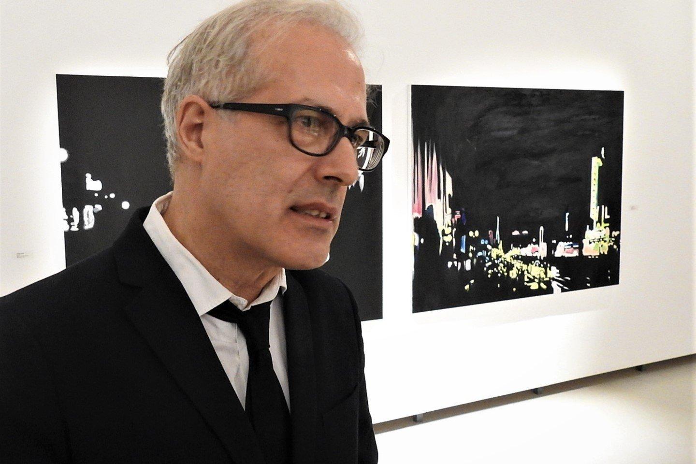 """Pirmą kartą Lietuvoje viešintis Italijos menininkas Pietro Finellis uostamiestyje pristatė savo kūrybos parodą """"Noir Time"""" .<br>G.Pilaičio nuotr."""
