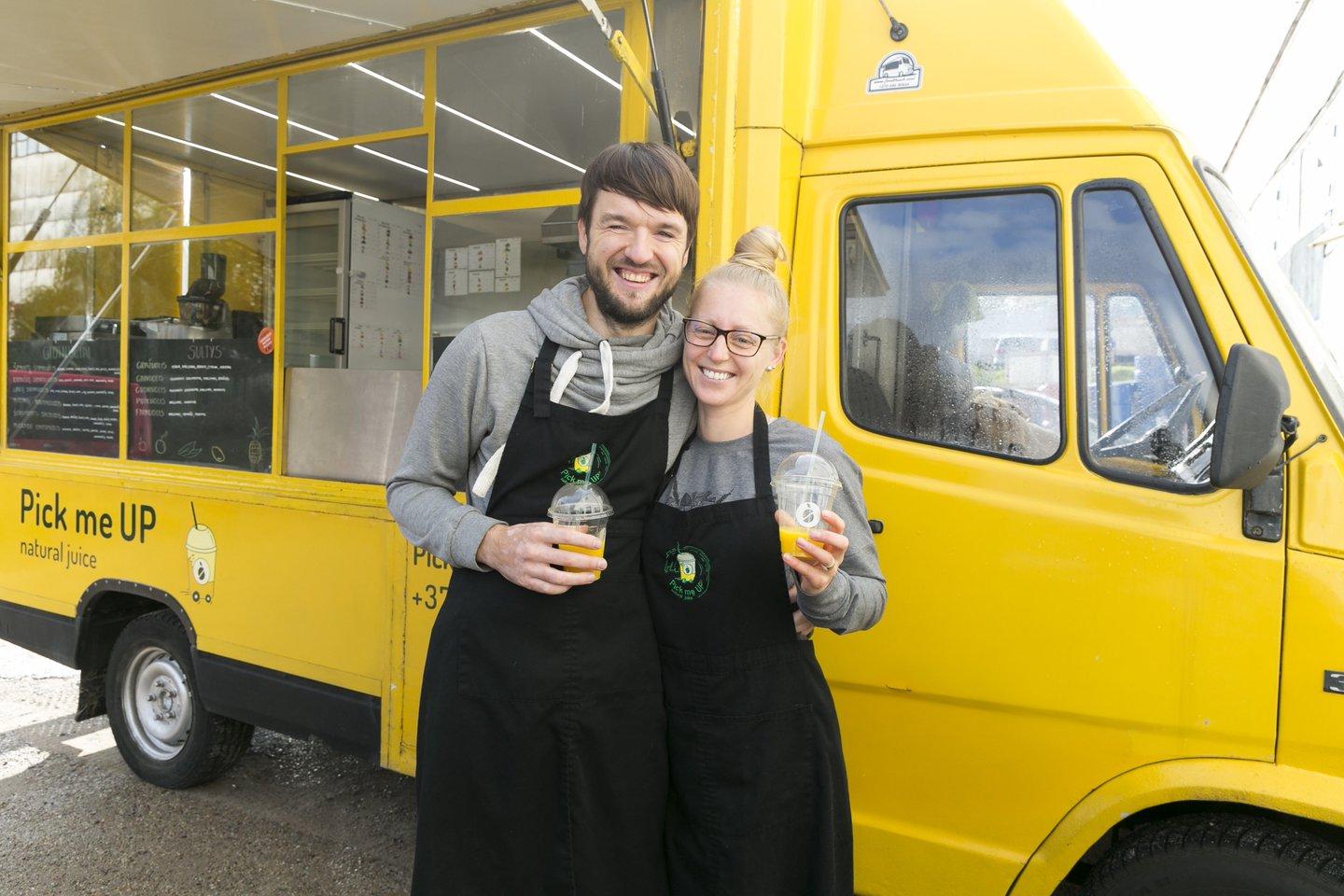 """Svetlana Lebedeva, kartu su vyru Gyčiu Simanavičiumi, įkūrė veganiško maisto autobusiuką """"Pick me Up Juice"""".<br>T.Bauro nuotr."""