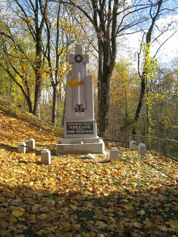 4-ajame dešimtmetyje Šventybrastyje pastatytas paminklas 1863-iųjų sukilėliams išsilaikė ir per sovietmetį.<br>M.Augulytės nuotr.