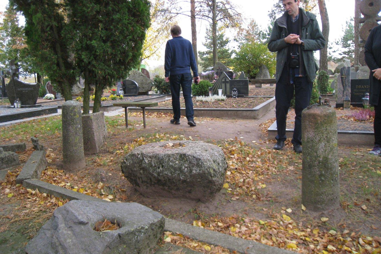 Švenčiuliškių kapinėse kraštotyrininkas J.Žilevičius iš dubenuotųjų akmenų sudėliojo senovės lietuvių šventvietę.<br>M.Augulytės nuotr.