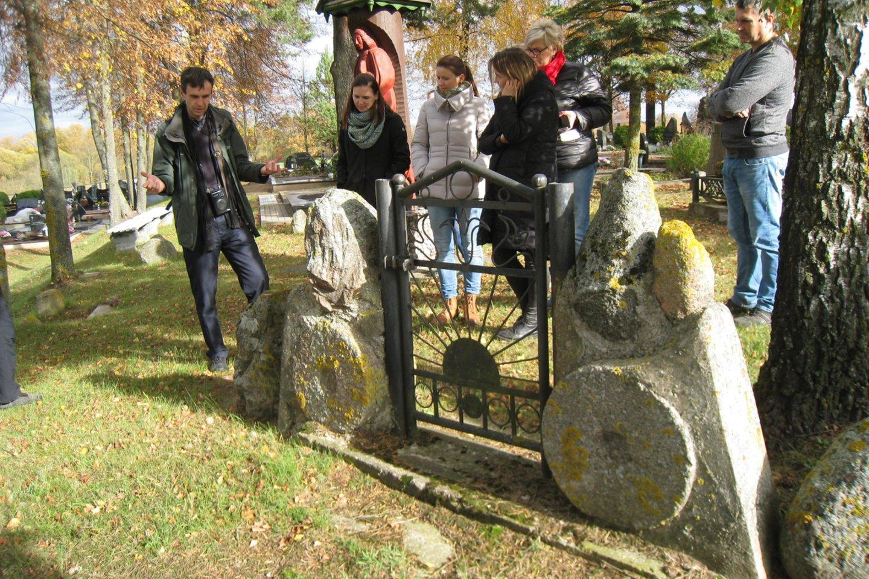Švenčiuliškių kapinėse – girnapusių muziejus po atviru dangumi.<br>M.Augulytės nuotr.