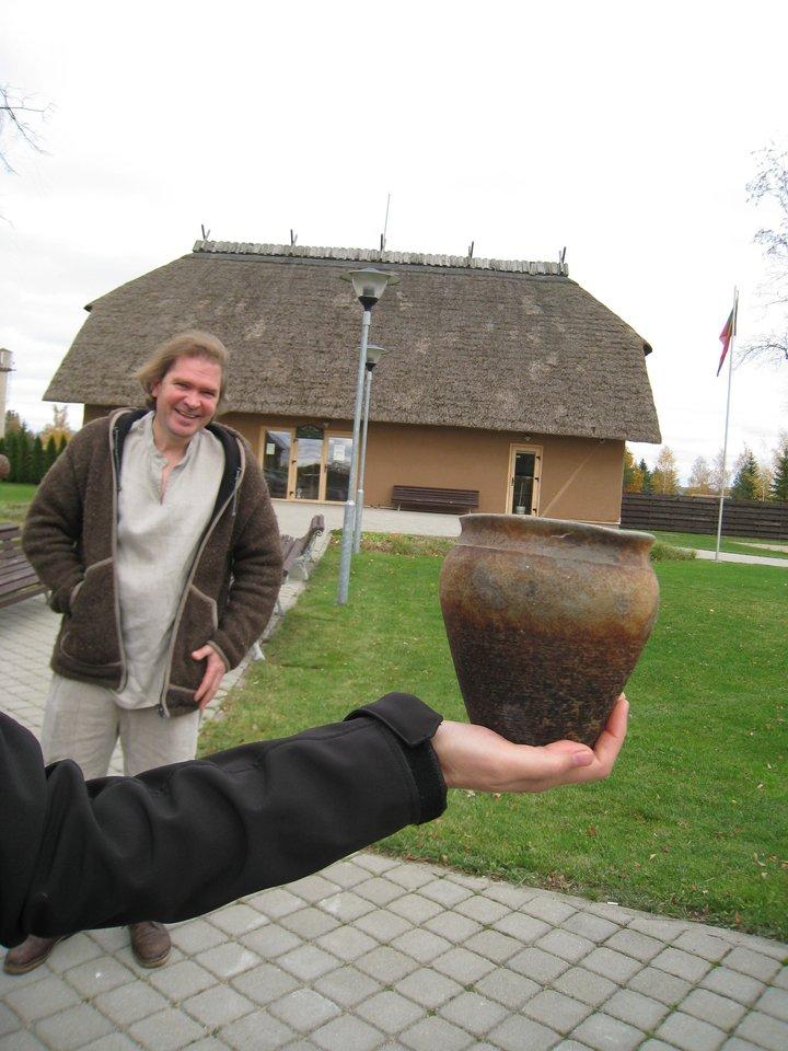 Upytės tradicinių amatų centre žiesti ir lipdyti keramiką moko R.Galiauskas.<br>M.Augulytės nuotr.