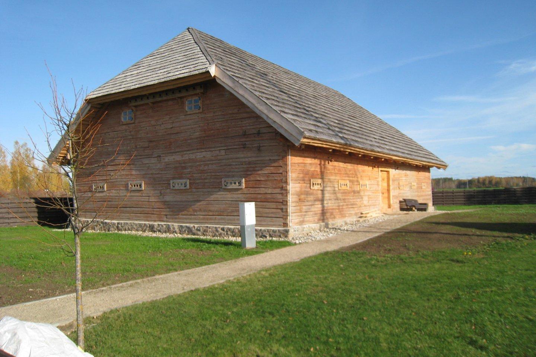Upytės tradicinių amatų centro tekstilininkams atstatytas dvaro svirnas.<br>M.Augulytės nuotr.