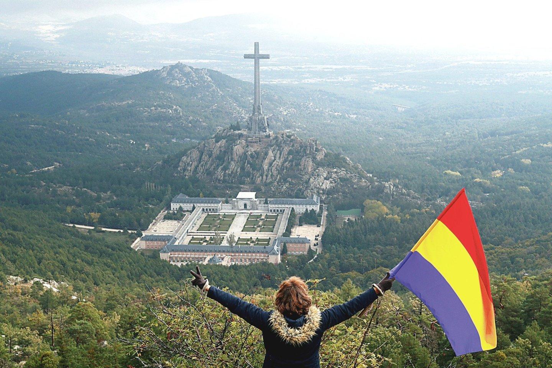 """F.Franco palaikų iškėlimas iš Kritusiųjų slėnio mauzoliejaus šią savaitę sulaukė ir sveikinimų, ir pasipiktinimo, nes Ispanijoje tebėra diktatoriaus šalininkų.<br>""""Reuters""""/""""Scanpix"""" nuotr."""