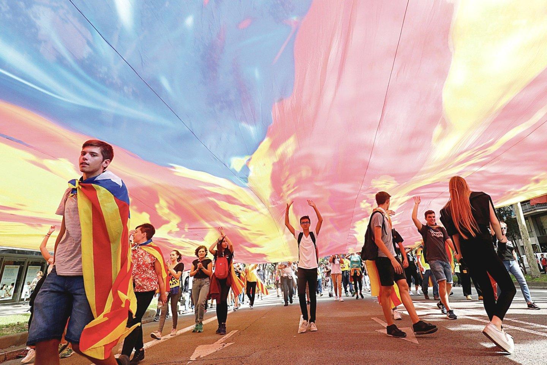 """Ispanija itin susiskaldžiusi: katalonai tęsia protestus reikalaudami nepriklausomybės, o Madridas tam nepritaria.<br>""""Reuters""""/""""Scanpix"""" nuotr."""