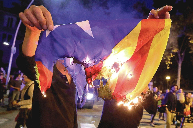 Ispanai degina Katalonijos vėliavas, ragina separatistus pamiršti savo siekius.