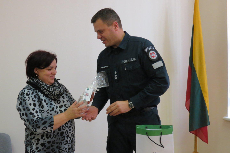 Už rūpestį visuomenės saugumu padėkojęs Joniškio rajono policijos viršininkas E.Takuševičius įteikė D.Vaitiekūnienei Angelo sargo statulėlę.<br>Šiaulių AVPK nuotr.