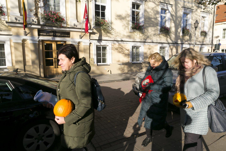 Dalis švietimiečių prie ministerijos surengė protesto akciją.<br>T.Bauro nuotr.