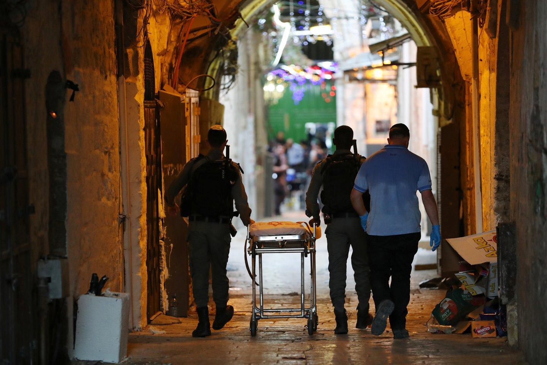 Izraelio policija sekmadienį pranešė, kad buvo pradėtas tyrimas ir nuo pareigų nušalinti keli pareigūnai, internete pasirodžius vaizdo įrašui, kuriame, regis, matyti, kaip pasienietė iššauna vienam palestiniečiui į nugarą kulką plastikiniu galiuku.<br>Reuters/Scanpix nuotr.