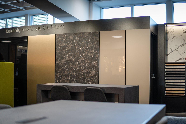 """""""Trukmė"""" ekspozicijos salone galima apžiūrėti ir pačiam paliesti įvairiausius didelių matmenų dekoro pavyzdžius.<br>AURi nuotr."""