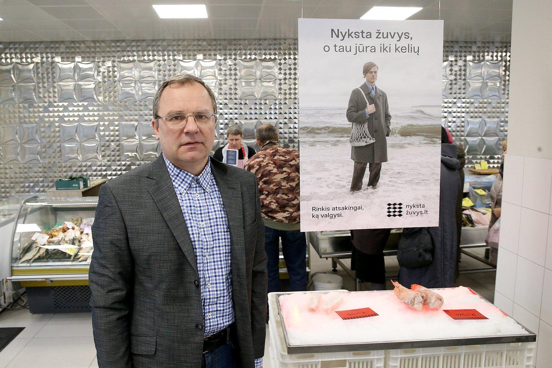 Lietuvos gamtos fondo vadovas E. Greimas ir žuvininkystės ekspertas R. Staponkus pristatė tausaus žuvies vartojimo gidą.<br>R. Danisevičiaus nuotr.