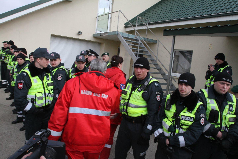 2012 metų gegužės 23 dieną antrą kartą bandyta įvykdyti teismo sprendimą ir iš Klonio gatvėje esančių Kedžių namo paimti mergaitę ir ją perduoti L.Stankūnaitei.<br>M.Patašiaus nuotr.