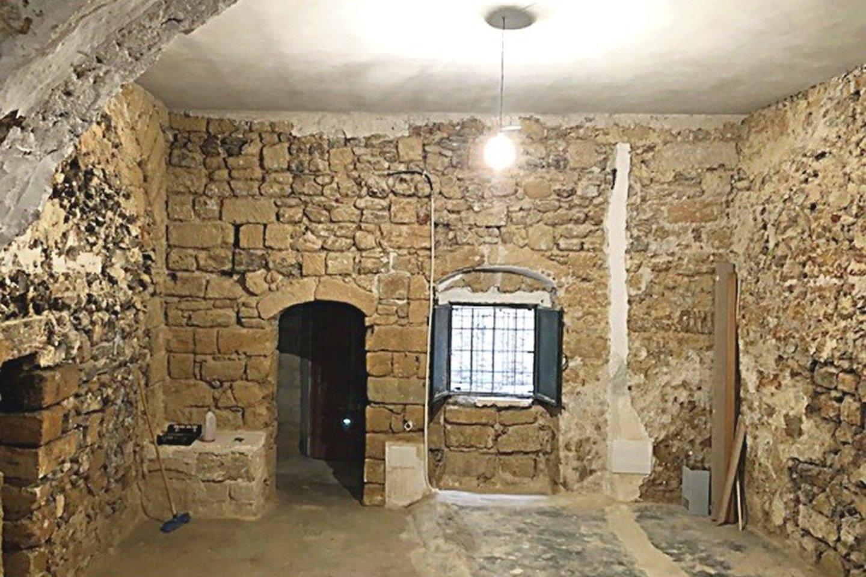 Buvusiame garaže statybininkai atidengė įspūdingą senovinių plytų sieną.<br>Nuotr. iš asmeninio archyvo