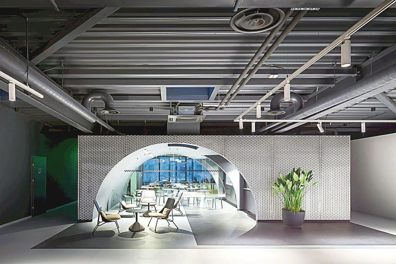 """""""Light House – Coworking and Coliving Space"""" interjeras šiais metais buvo pripažintas įspūdingiausiu biurų kategorijoje.<br>N.Tukaj nuotr."""