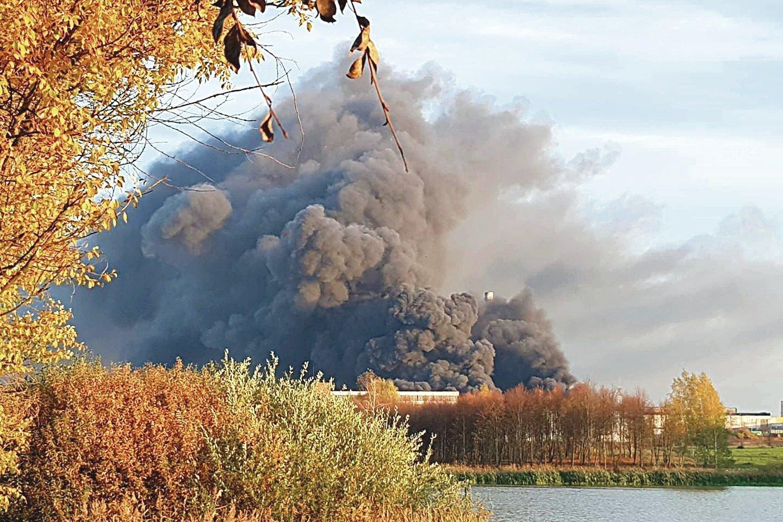 Kai vėjas gaisro dūmus iš padangų perdirbimo gamyklos pradėjo nešti Miklusėnų link, ši gyvenvietė buvo ištuštėjusi.<br>G.Kanapkos nuotr.